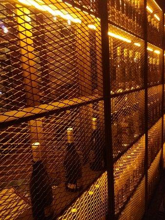 Vicky Barcelona: detalle interior de la bodega de vinos