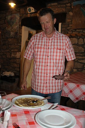 Oprtalj, Kroatia: Paolo serving the truffles with cheese