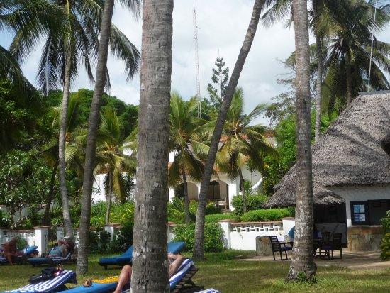 Diani Sea Lodge : Plaża w głębi bar