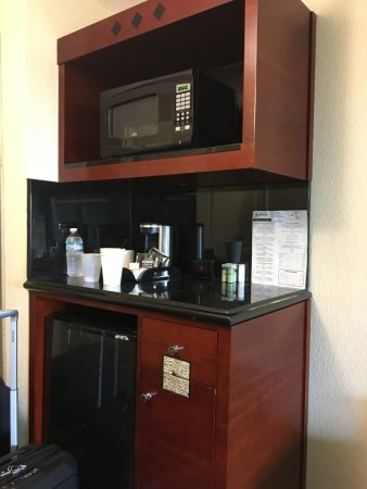 Radisson Hotel Orlando - Lake Buena Vista: Microwave and Fridge