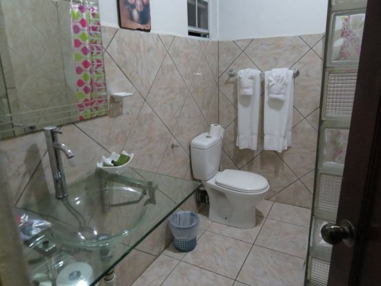 JJ's Paradise Hotel: bathroom