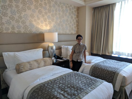 Crimson Hotel Filinvest City, Manila: de luxe room with twin beds