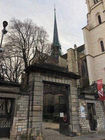 Cathédrale Saint-Bénigne de Dijon: View from the side