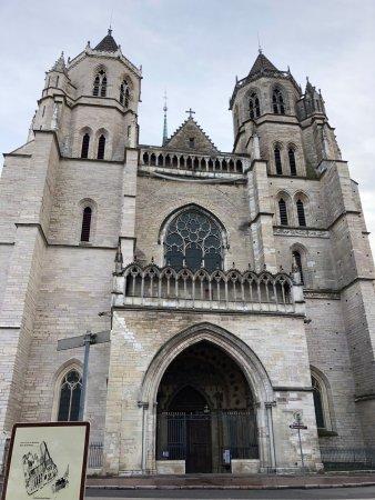 Cathédrale Saint-Bénigne de Dijon: view out front