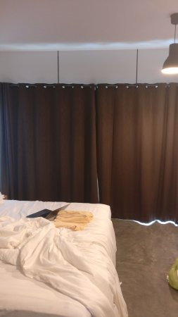 Nature Beach Resort Koh Chang: Close the curtains for privacy (Monsatic Cell)