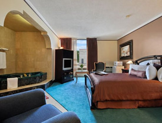 Howard Johnson Plaza Hotel Windsor: Guest room
