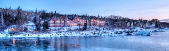 Cove Point Lodge: Exterior
