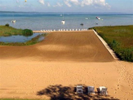 North Shore Inn: Beach