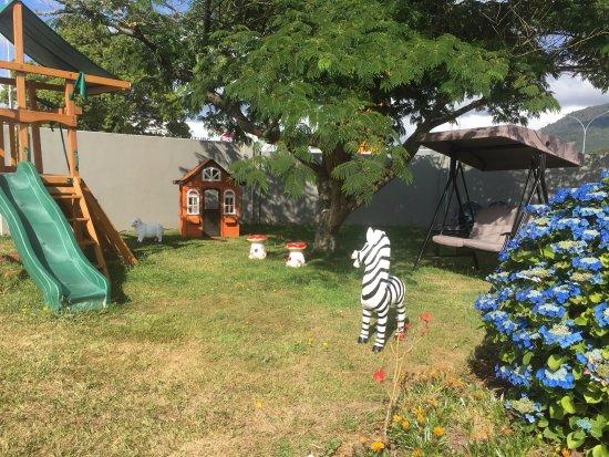 Red Rock Thermal Motel: garden &playground