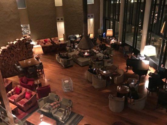 Hyatt Regency Hakone Resort and Spa: lobby at happy hour time