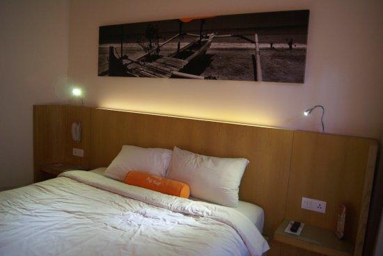 HARRIS Hotel Kuta : bedroom, small but clean