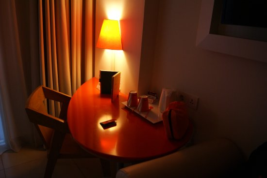 HARRIS Hotel Kuta : bedroom's table