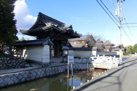 Yokkaichi, Japan: 水堀に囲まれたお寺