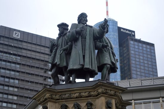 Gutenberg-Denkmal: Памятник книгопечатанию, Иоганн Гутенберг с помощниками