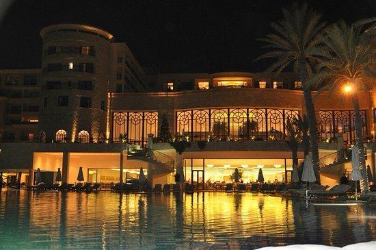 Movenpick Resort & Marine Spa Sousse: главный бассейн и вид на ресторан