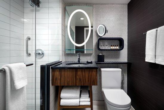 Fairmont The Queen Elizabeth Room Bathroom