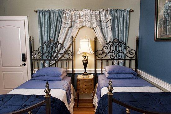 Naomi's Inn Bed & Breakfast: Twin Beds in Louix the XIV