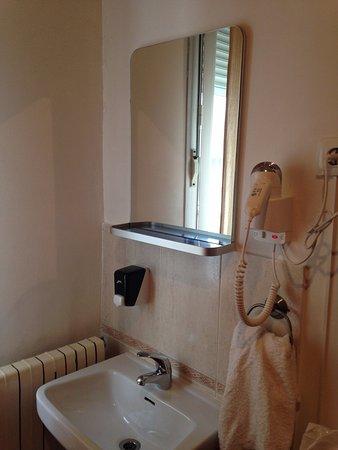 Hostal Rayuela : Lavabo en el cuarto en habitación con baño compartido