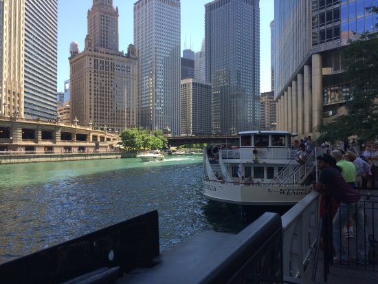 Hilton Garden Inn Chicago Downtown/Magnificent Mile: The Chicago River walk which is less than a 10 minute walk from the Hilton Gardens