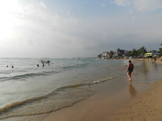 Nippon Villa Beach Resort: пляж, который справа от отеля