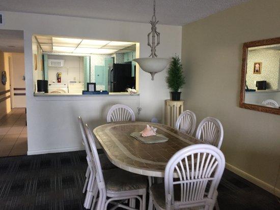 Las Olas Beach Club: dining table