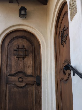 Ojai, Калифорния: Eagle's Nest Front Door-adjoins the room to the right if needed