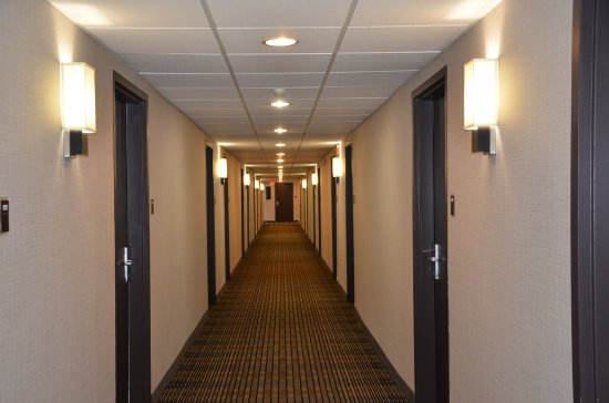 Best Western Plus North Haven Hotel : Renovated hallways