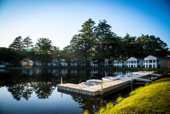 Paradise Stream Resort: Lakeside Villas and lake dock