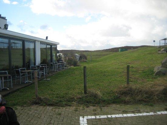 Ter Heijde, The Netherlands: Kleine terras, vanwege de winter niet in gebruik.