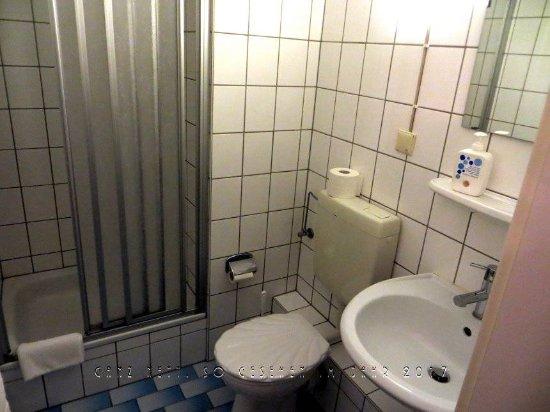 Blick Ins Bad Mit Duschkabine Wc Und Waschbecken Bild Von Azur