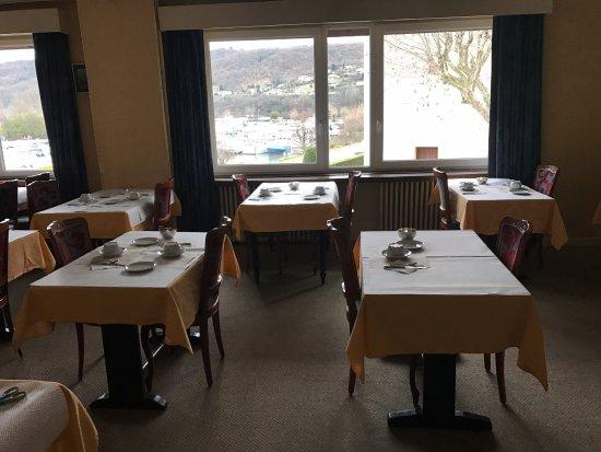 Les Roches-de-Condrieu, France : Salle de restaurant