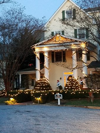 Royal Oak, MD: Front of the Inn lit up at twilight
