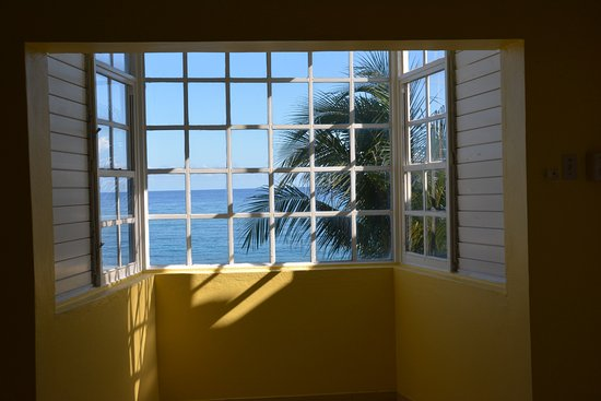 Chrisanns Beach Resort: Rooms at the end on the beach have this great view.