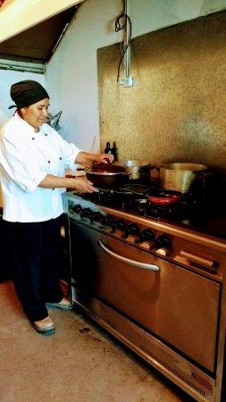 Chef Miriam Chavez en su labor diaria.