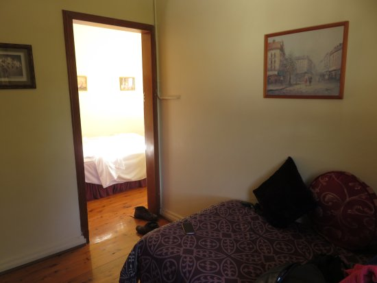 Glen Davis Boutique Hotel : Entrance space to the bedroom (to store bags as there was insufficient space in the bedroom)