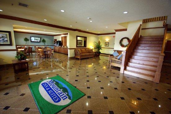 Mountain Inn & Suites Airport: Lobby