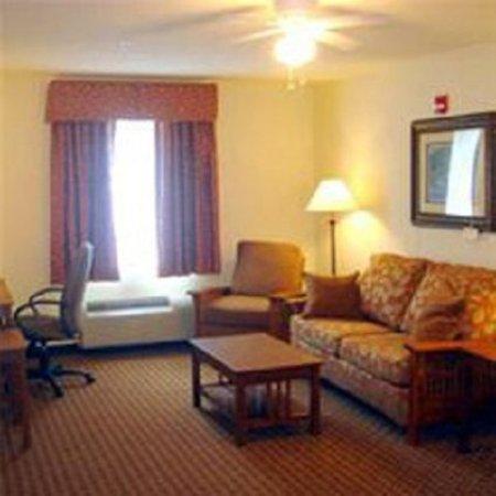 Mountain Inn & Suites Airport: Suite