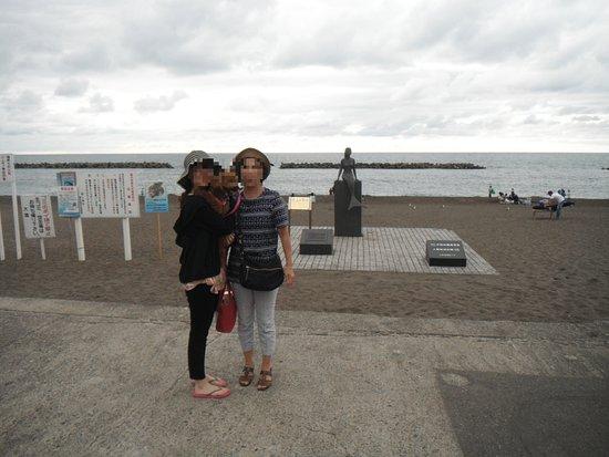Unohama Onsen: 海水浴場の入口にある人魚の銅像をバックにパチリ