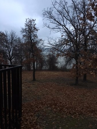 Sand Springs, Oklahoma: This is the corner of our porch. The cabins are fairly close to the water.