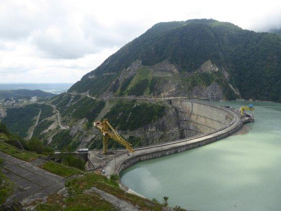 Jvari, Geórgia: Плотина и водохранилище
