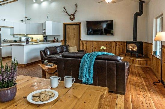 Crescent Lake, OR: Kitchen & Dining at Kokanee Lodge