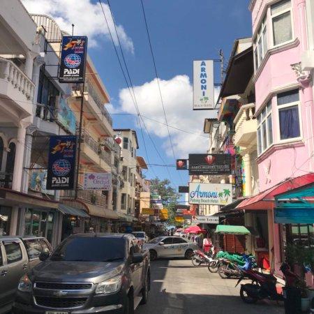 Mecca Beach Front Hotel Patong Phuket: В описании вид из окна был указан как «вид на город»