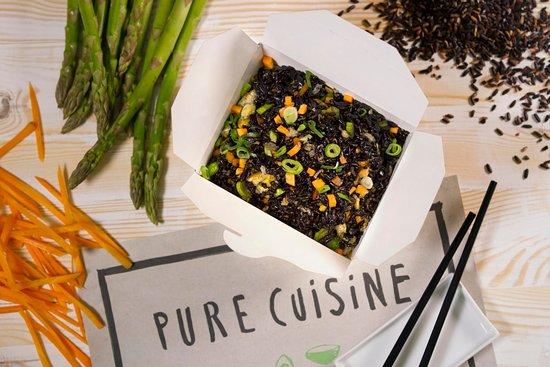 Arroz negro con verduras frescas