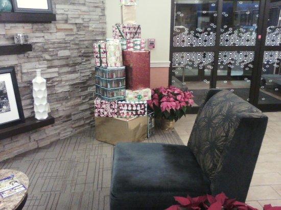 Hampton Inn Carlisle: Lobby decorated for Christmas