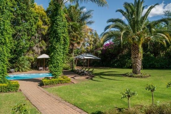Hlangana Lodge: Tuin met zwembad