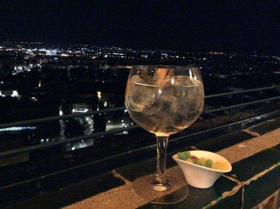 Vistas De La Terraza Del Bar Por La Noche Contemplando La