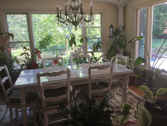 Enchanted Manor of Woodstock: Breakfast with view of pond and pool