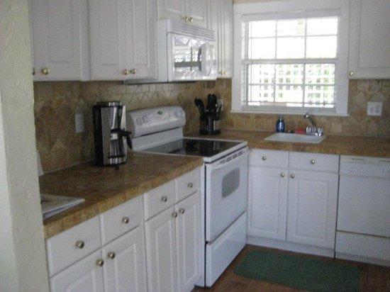 Ruskin, FL: kitchen