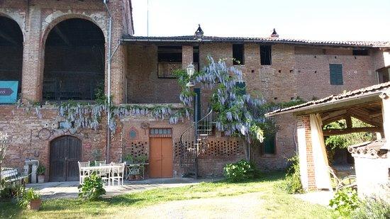 Quattordio, Italy: Corte con portichetto