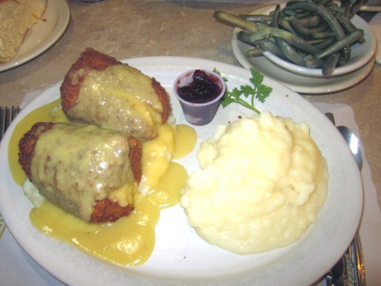 Warminster, Pennsylvanie : Chicken Croquettes with Cranberry Sauce, Mashed Potato & Green Beans
